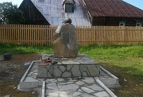 Постамент и дорожка выложены отделочным камнем. По периметру памятника установлен бордюрный камень