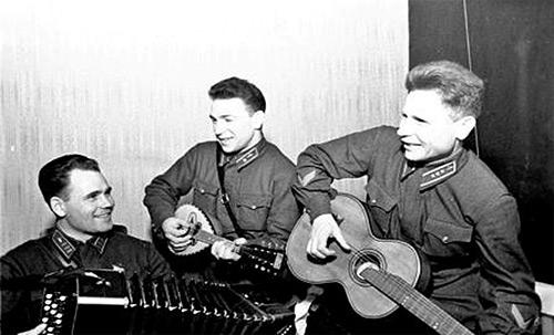 Командир авиачасти подполковник Г.А. Когрушев, лейтенант В.В. Силантьев и старший лейтенант Б. Белов в санатории летчиков. Январь 1942 г.